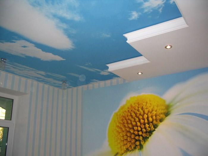 Натяжной потолок на кухне фото.